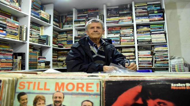 46 yılda sokağa atılan 100 bin kitabı topladı!