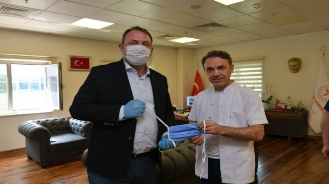 Başkan Gümrükçü 3 bin maskeyi teslim etti
