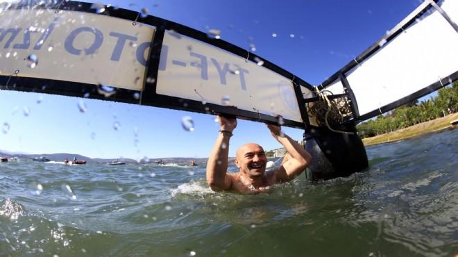 Başkan Soyer, yüzerek mesaj verdi: Denizle iç içe yaşamak için...