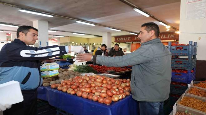 Bayraklı'da pazarcılara eldiven dağıtıldı
