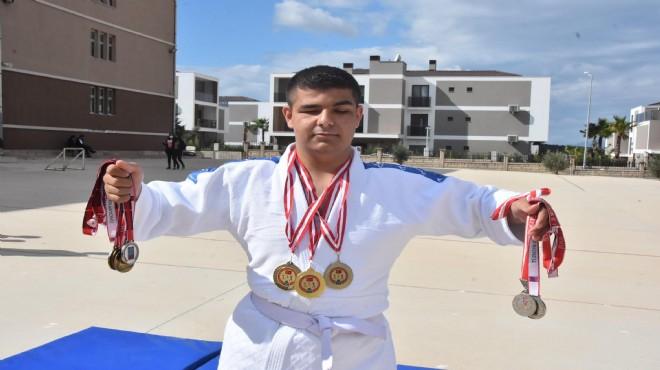 Görme engelli Ahmet, ilk turnuvada 2 altın madalya kazandı
