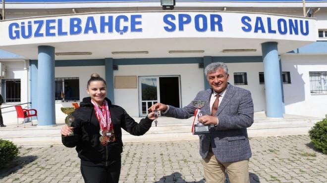 Güzelbahçe'de milli sporcuya başkan İnce'den  'anahtar' jesti!