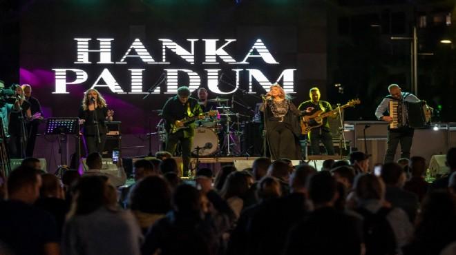 Hanka Paldum kardeşlik festivali için sahnede