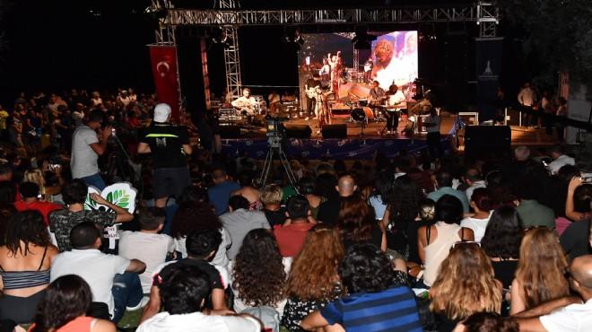 İzmir'de denize karşı müzik keyfi