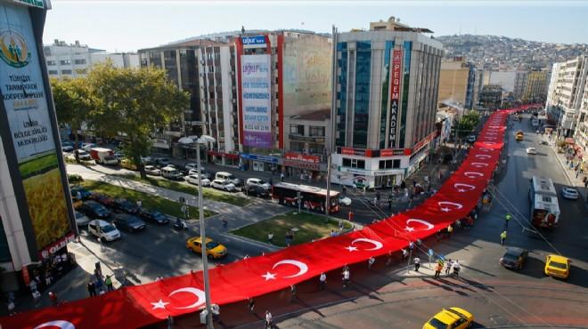 İzmir de dev bayrakla kurtuluş korteji!