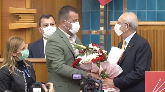 İzmirli muhtardan Kılıçdaroğlu'na kürsüde çiçekli plan teşekkürü!