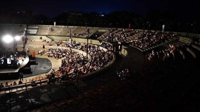 Kültürpark'ta perde Nükhet Duru'yla açıldı