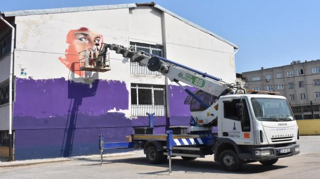 Venezuelalı sokak sanatçısı Roman çocuklar için okul duvarını boyuyor